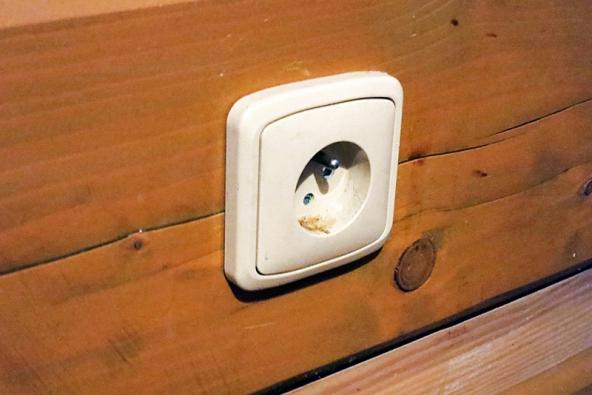 Otvor pro kabel se předem navrtá v roubení akabel se zespodu natáhne k zásuvce.
