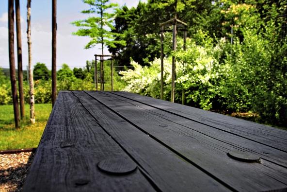 Dřevo musí být ošetřeno vždy tak, abychom nepřicházeli opřirozenou kresbu, která je pro něj charakteristická – lazura nesmí zalepit strukturu.