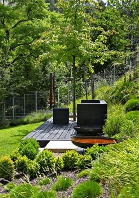 Setkání ohně svodu – pointa vkontrastu, který celou zahradu provází.