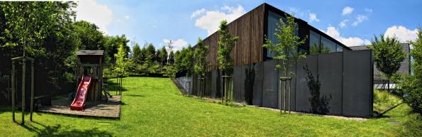 Vrámci letošních trendů je kladen důraz nabarevný kontrast zahradních konstrukcí astaveb oproti zelenému pozadí.