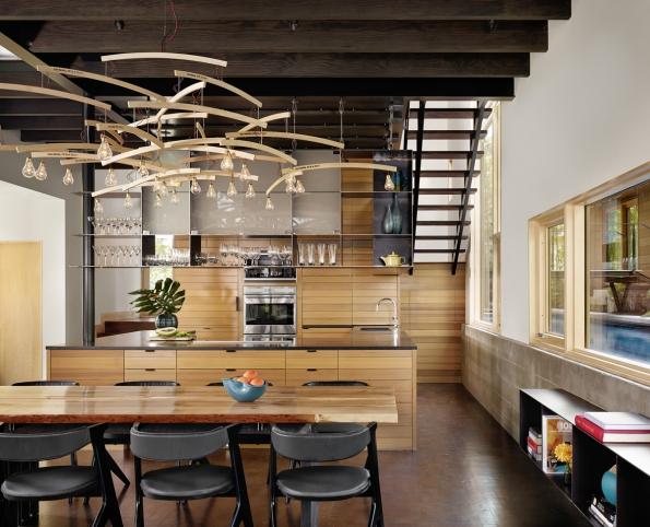 Dřevo z vyvráceného stromu se designéři rozhodli využít k vytvoření mnoha různých dřevěných prvků v domě. Foto: Casey Dunn