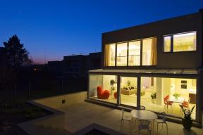 Velká míra prosklení vynikne zejména při večerním osvětlení. Dům jako by se přemístil zpražské čtvrti nastředomořské pobřeží.