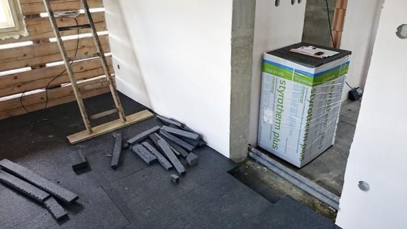 Černý grafitový polystyren pokrývá podlahu ve dvou šesticentimetrových vrstvách.