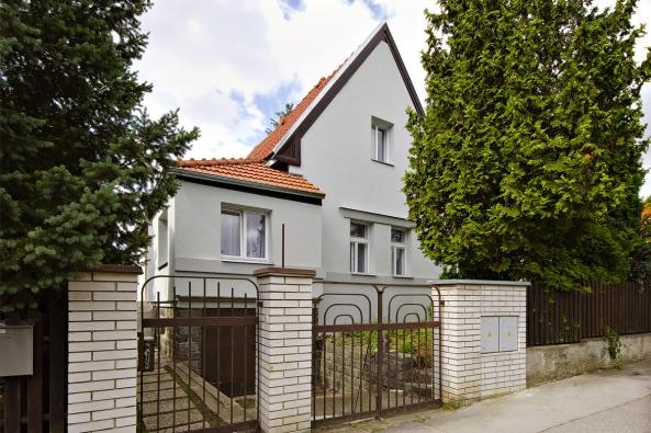 Architektonický projekt Kočího kolonie vpražských Vokovicích má velmi silný jednotný charakter. Proto jsem chtěl zachovat vzhled stavby, přestože jsou domky maličké, říká nový majitel Ing.arch. Marek Pavlas.