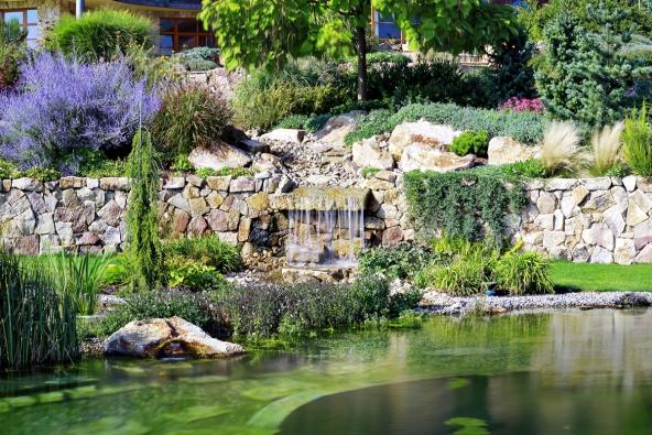 Působivým zahradním prvkem je vodopád. Voda přitéká malým, romanticky vedeným potůčkem ze zahradních teras apřepadá dojezera. Okolní prostředí, zejména sortiment použitých rostlin, respektuje měřítko prostoru avytváří harmonický vyvážený přírodní detail.