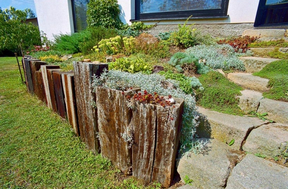 Dominantním prvkem pozemku je ovšem schodiště k terase, které je pojato jako skalka.