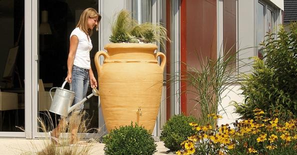 Novým trendem jsou esteticky zpracované povrchové nádoby na sběr dešťové vody. Na ukázce je motiv antické amfory (NICOLL).