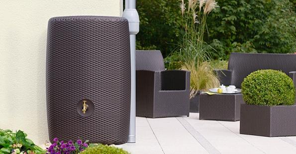 Nádrž ve stylu ratanového nábytku je nejenom praktická, ale i hezká (NICOLL).