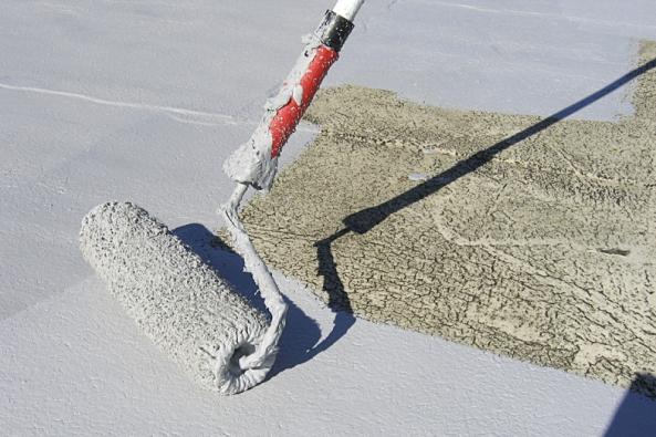 Ochrana asfaltových pásů nastřeše pomocí hydroizolačního nátěru (Denas Color).