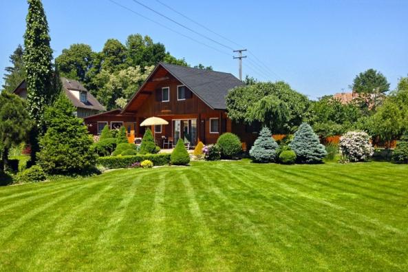 Přestože jde spíše o víkendové bydlení, zahrada je vždy vzorně opečovávána.