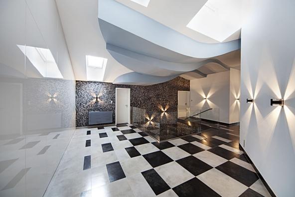 Granite, hlazená omítka s výraznou plastickou strukturou, dodá interiéru jedinečný výraz. Nabízí se ve světlých neutrálních odstínech, s probarvenou kresbou nebo s metalickým designem.