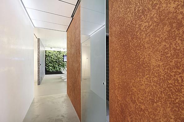 Ukázka povrchové úpravy Granite v tónu mědi. Kontrast s hladkým sklem nebo omítkou naplňuje interiér dominantním efektem.