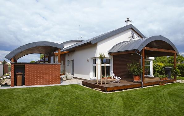 Referenční dům společnosti MS Haus  s atypickými obloukovými střechami, realizovaný ve východních Čechách, ukazuje konstrukční a architektonické možnosti moderních montovaných dřevostaveb. Další informace najdete na ms-haus.cz