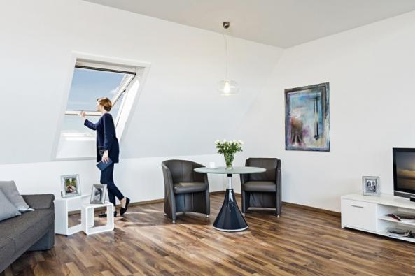 Podkroví se stejně jako každá jiná obytná místnost neobejde bez prosvětlení a větrání. V podstatě existují pouze dvě možnosti řešení – střešní okno nebo vikýř.