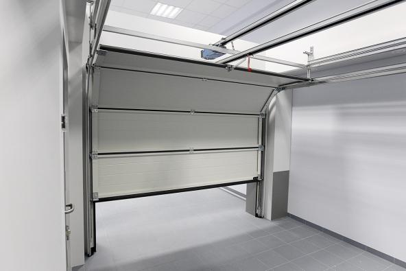 Sekční vrata zajíždějící pod strop, pohled zevnitř (HÖRMANN)