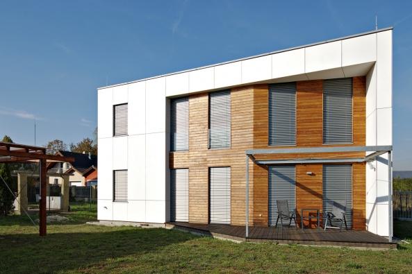 Spojení domu skontextem místa je definováno jeho otevřením doprostoru. Jestliže kvalitní architektonický návrh něco přináší, pak jsou to dvě zásadní nehmotné věci, světlo aprostor, říká autor návrhu, architekt Libor Přeček.