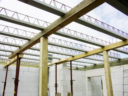 Před betonáží lze do konstrukce žebra uložit veškerá potřebná vedení, jako jsou elektrorozvody, voda, odpady, centrální vysavač, vzduchotechnika nebo rozvody topení pro vytápění konstrukce stropu.