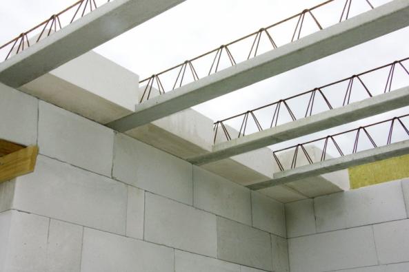 Systém stavebních dílů Ytong nabízí kompletní a variabilní řešení celé hrubé stavby, které usnadní stavební práce a ušetří čas i náklady. Mezi laiky i profesionály je Ytong známý svou jednoduchostí, což platí i pro montáž stropu Ekonom.