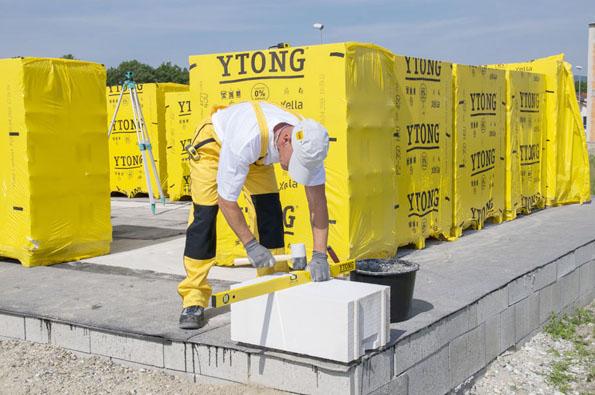 Trendem současné výstavby je zdění bez zateplování. Systém stavebních komponentů Ytong proto nyní inovoval svou osvědčenou řadu tepelněizolačních tvárnic, určenou pro jednovrstvé zdění, a na trh přichází nová Lambda YQ. Představuje optimální kombinaci nejdůležitějších vlastností pórobetonu.