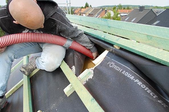 Bezbolestně lze izolovat střechu pomocí foukané tepelně-akustické izolace Climatizer Plus svýbornými fyzikálními, protipožárními aekologickými vlastnostmi aodolností vůči ohni, plísním, hlodavcům ahmyzu. (CIUR)