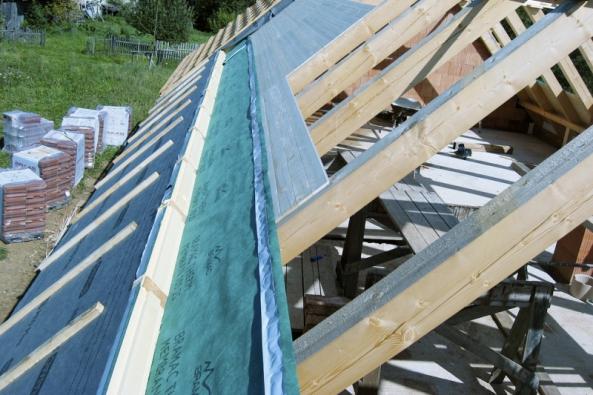Střechou uniká z domu podstatné množství tepla. U novostaveb řeší tepelnou izolaci střechy už projekt, u starších domů máte na výběr hned z několika možností. V případě nejrozšířenější konstrukce, tedy šikmé střechy, existují dvě nejpoužívanější zateplovací koncepce – mezi krokvemi a nad nimi.