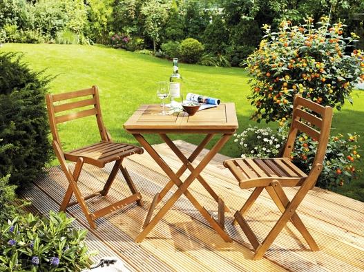Nábytková souprava série Copland je vhodná na balkon ina zahradu. Obě židle istůl snadno vmžiku složíte aúsporně uložíte. (OBI)