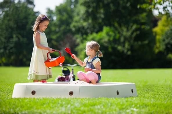 Děti se zabaví stavěním tvarů zpísku. Pískoviště může být přenosné izabudované. Ustabilního pískoviště je nutné vyřešit odvodnění, aby se zněj po deštích nestal bazének. Pokud nebude zakryté, doporučujeme umístit jej na slunci, snáze dojde kvyhřátí písku ake zničení parazitů (KETTLER).