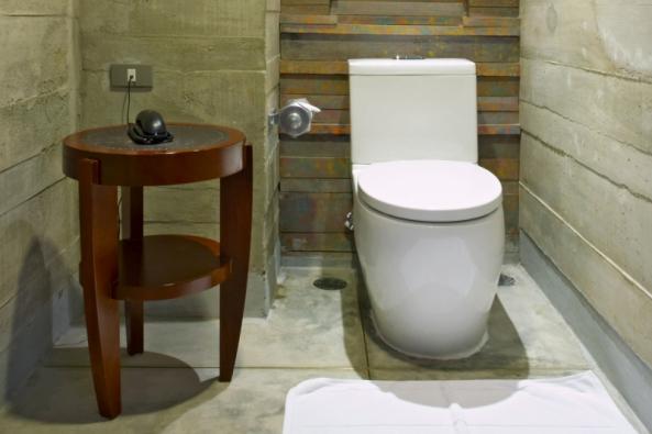 Trendem doby jsou elegantní prostorné koupelny vybavené i WC, případně bidetem. V domácnosti, kde žijí více než dvě osoby, je však velmi praktické mít k dispozici ještě další samostatné WC. O rodině s dětmi či vícegeneračním bydlení nemluvě.
