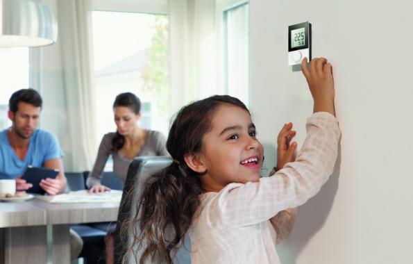 Ovládání prostorového termostatu Nea se provádí pomocí pouze 3 tlačítek. Pomocí přehledného znázornění režimu s jasnou symbolikou je ovládání jednoduché a intuitivní.