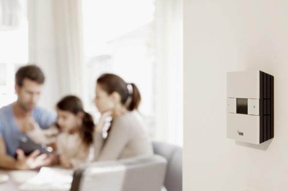 Prostorový termostat NEA slouží k regulaci prostorové teploty u systémů plošného vytápění – a ještě mnohem víc! Přesvědčuje oceněným designem, snadnou montáží, dětsky jednoduchým ovládáním, jakož i velkým počtem komfortních funkcí.