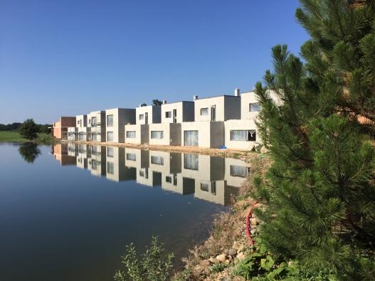 Řadové rodinné domy u golfového resortu v Michalovicích - stavba (HELUZ)