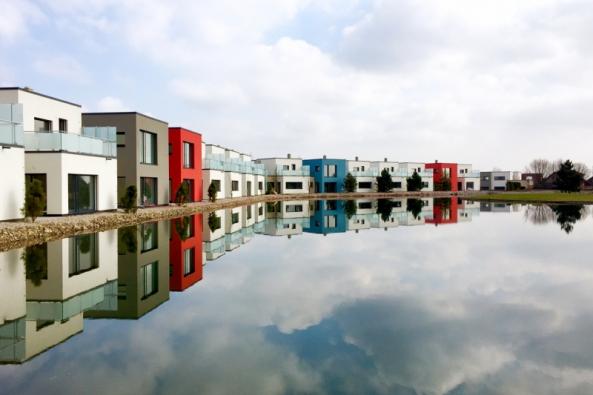 Řadové rodinné domy u golfového resortu byly realizovány pro privátního stavebníka v blízkosti  dohrávky jezerní jamky číslo 17 místního golfového hřiště v Michalovicích. (HELUZ)