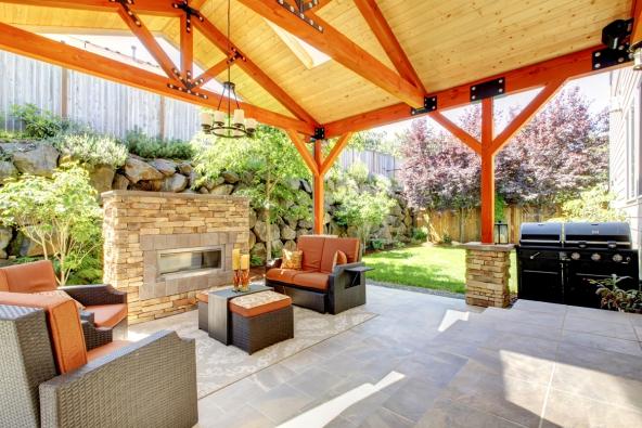 Trendem jsou zahradní krby a kuchyně z nejrůznějších druhů kamene kombinované s udírnou. Na terasách domů se uplatní také mastkové krby a pece, které jinak vídáme spíše v interiérech.