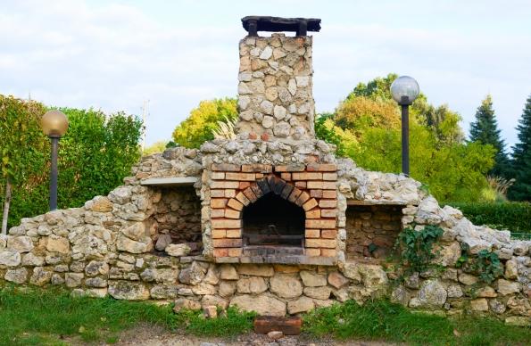 Zahradní kamenný krb musí respektovat dané místo a učinit je zajímavým.
