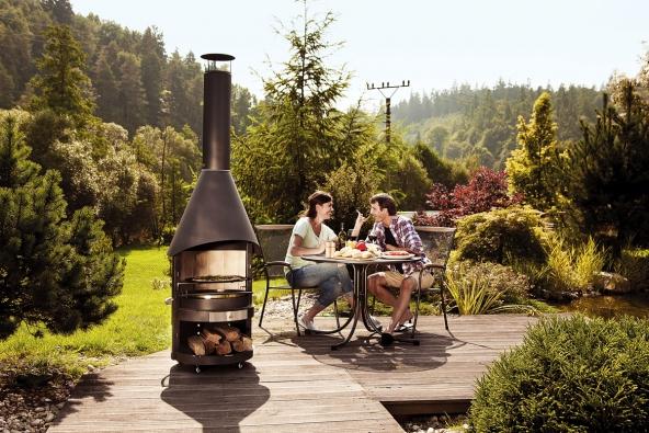 Dobrým řešením je pojízdné venkovní topeniště sgrilem. Má elegantní tvar asnadno se sním manipuluje. Vtopeništi, které je zevnitř obloženo odolným šamotem, můžete topit dřevem igrilovacím uhlím (MOUNTFIELD)