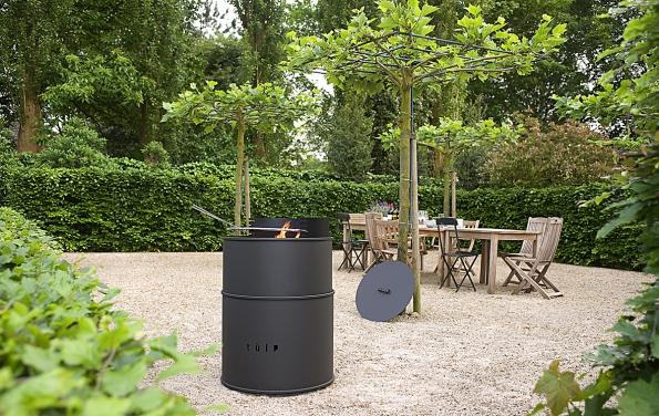 Barel poslouží nejenom jako gril či otevřené ohniště, ale také jako skvělý designový zahradní prvek. Poukončení party či při nepřízni počasí ho můžete zavřít elegantním víkem (TULP)
