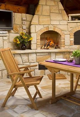 """Zahradní kuchyně je postavená zlabského pískovce klasickou kamenickou technikou, kombinace smasivními dřevěnými trámy vytváří požadovaný rustikální vzhled, který """"stárnutím"""" získává nakráse. Dobrý je ivýběr zahradního nábytku, který perfektně podtrhl celkový charakter díla (HRDINA AČESKÉ PÍSKOVCE)"""