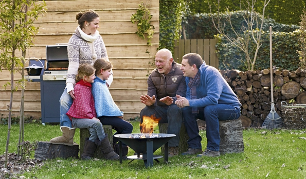 Venkovní ohniště nevyžaduje žádnou zvláštní údržbu apřináší nazahradu krásnou atmosféru pospolitosti. Vyrábí je belgická společnost Barbecook amístní zahradníci označují ohniště zanezbytnost při posezení snejbližšími (MOUNTFIELD)