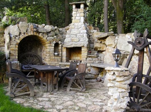 Karel Hrdina navrhl zajímavý projekt zahrady, kde je pamatováno inazátiší se zahradním kamenným krbem doplněné prostorem pro stolování, kamennou lavicí, výklenky vestěně pro kuchařské náčiní ajeskyní pro zásobu palivového dřeva.