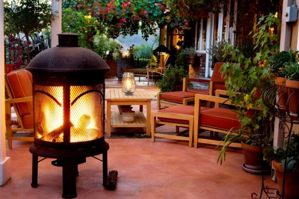 Oheň vytváří specifickou atmosféru a je odpradávna znakem pospolitosti a útulnosti. Přenosná ohniště, venkovní krby i celé kuchyně mohou zahrady a terasy domů vhodně doplňovat a vytvářet zajímavé a inspirativní prostředí.