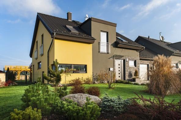 Před vstupem dodomu zůstává volná, hezky upravená předzahrádka. Oplocena je pouze pobytová zahrada zadomem. Fasáda je vmoderním designu, kombinace žluté ašedé barvy je doplněna břidlicovým obkladem, který zvýrazňuje zajímavý tvar domu.