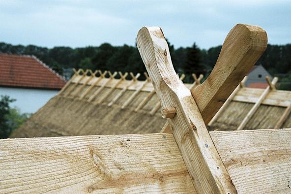 Detail hřebene střechy z rákosových došků rekonstruovaného historického rodinného domu v Lysovicích na Vyškovsku.