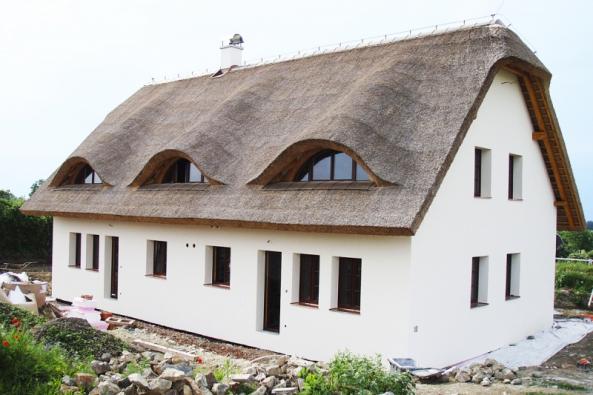 Doškové střechy jsme byli zvyklí vídat maximálně veskanzenech. Tato krytina má ale co nabídnout idnešním náročným stavebníkům.