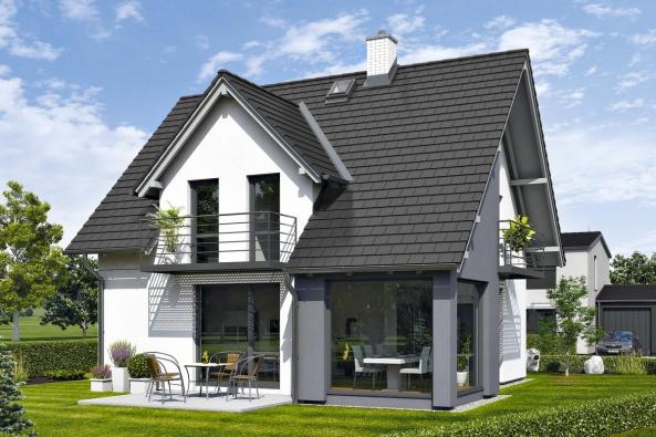 Dům ROMANCE: sedlová střecha, vikýře abalkony jsou prvky typické pro tradiční architekturu, které neztrácejí naoblibě. Zde je však architekt upravil dojednoduché podoby, která je vsouznění smoderním designem aspolu svelkými prosklenými plochami aoriginálními detaily dodává domu svěží vzhled. (CANABA)