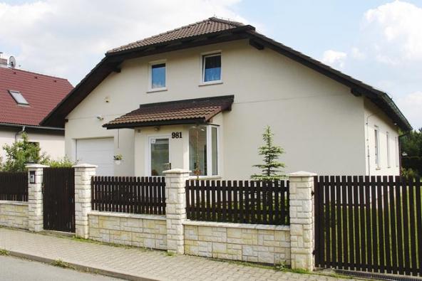 Domy, které nejspíš nepocházejí zžádného katalogu, ani je neprojektoval žádný architekt. Představují – pokud jde ojejich vznik – hlavní proud soudobé architektury rodinného domu vČesku. Bohužel. (1)