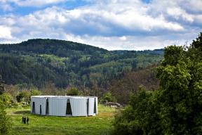 Parcela je unikátní svým charakterem, umístěním vpřírodě ivelkou rozlohou, což si přímo žádalo netradičně pojatou stavbu.