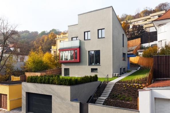 Vnedávno zrekonstruovaném domě se potkává kvalitní architektura 20. a21. století. Funkcionalistická vila neztratila přestavbou charakteristickou tvář arodina získala moderní bydlení.