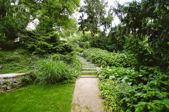 2. Spocitem pohodlí souvisí ichůze po zahradě. Trendem jsou zejména cestičky zpísku, štěrku, utužené půdy nebo trávy.
