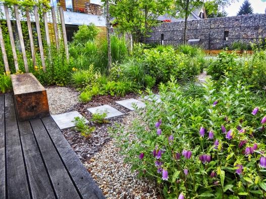 6. Trávník patří ktomu nejnáročnějšímu, co si můžete do zahrady pořídit, protože vyžaduje pravidelnou seč, přihnojování, provzdušňování adalší péči. Iproto od něj začíná mnoho majitelů ustupovat...