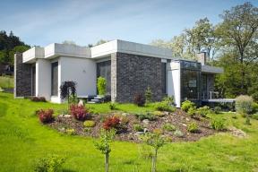 Moderní, napohled poměrně členitý dům postavený vrekreační oblasti naSázavě citlivě komunikuje se svým okolím. Majitelé iarchitekt jej budovali spokorou kekrásnému prostředí ajedinečnému výhledu.